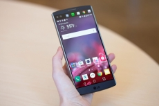 LG shows off V20